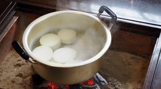 大根、梅干しを煮て食べる